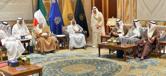 3일 쿠웨이트의 바얀 왕궁에서 셰이크 사바 알 아흐마드 알 사바 쿠웨이트 국왕(왼쪽에서 세번째)이 셰이크 타밈 빈 하마드 알사니 카타르 국왕의 친서를 읽고있다. 친서에는 사우디아라비아 등 단교 4개국의 요구안에 대한 카타르의 입장이 담겼다. 쿠웨이트는 이번 단교사태에서 중재역을 맡았다. [AFP=연합뉴스]