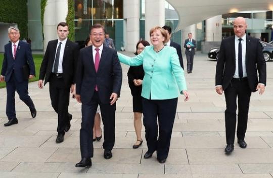 문재인 대통령이 메르켈 총리에게 함께 인사하러 갈 것을 제안하고 있다. 김성룡 기자