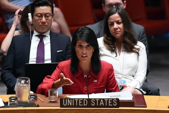 니키 헤일리 유엔 주재 미 대사가 5일 유엔 안보리에서 북한에 대한 강력한 추가제재를 요구하고 있다. [AFP=연합뉴스]