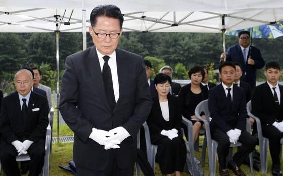 박지원 국민의당 전 대표가 6일 오후 국립대전현충원 애국지사 5묘역에서 열린 부친 독립유공자 박종식(1911∼1948) 선생 안장식(이장)에 참석, 참배하고 있다. 프리랜서 김성태