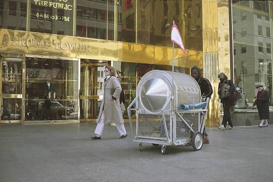 노숙인이 미국 뉴욕 트럼프 타워 앞에서 노숙자 수레를 시연 중인 모습(1988).[사진 국립현대미술관]