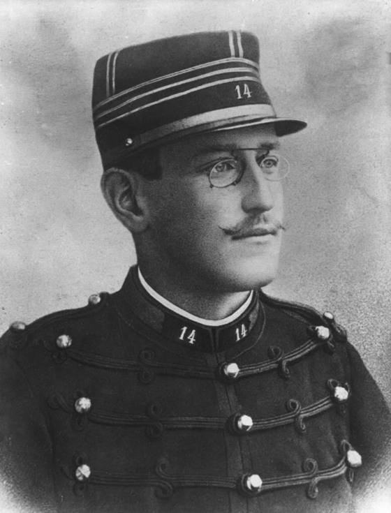 1894년 프랑스 군인드레퓌스는 독일대사관에 군사정보를 팔았다는 혐의로 체포돼 종신형을 선고받았다.파리의 독일대사관 서류 속 필적이드레퓌스와 비슷하다는 것 외엔 증거가 없었지만 유대인이라는 점이 혐의를 혐의를 키웠다. [중앙포토]