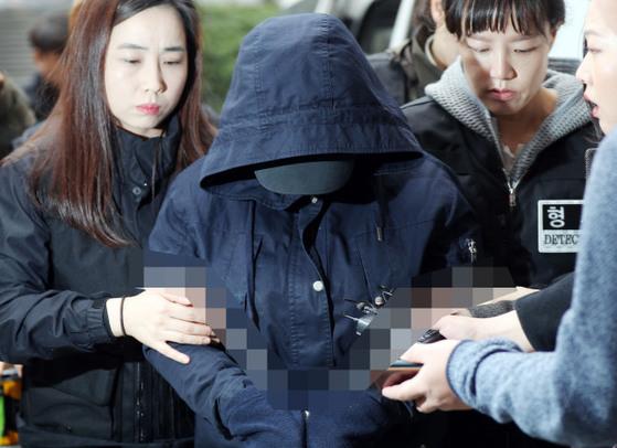 인천초등생 살해 혐의를 받고 있는 K양이 지난 3월 31일 오전 영장실질심사를 받기위해 인천지방법으로 들어가고 있다. [연합뉴스]