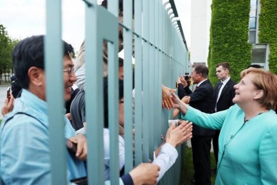 문재인 대통령이 총리실 담장 밖으로 찾아온 우리 교민들과 인사를 나누고 있다. 김성룡 기자