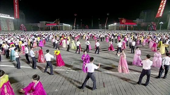 북한은 6일 대륙간탄도미사일(ICBM)급으로 평가받는 '화성-14형'의 시험발사 성공을 기념해 평양 김일성광장에서 청년학생들의 야회(무도회)를 벌이고 있다.[연합뉴스]