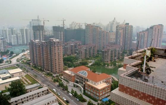 중국은 저금리와 경기 호조 등으로 시중 자금이넘쳐 부동산 경기 역시 과열 양상을 보이고 있다.2007년 8월, 한국인이 많이 몰려 사는 베이징 왕징의 아파트 단지. [중앙포토]