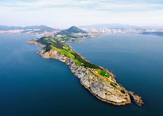 중국 산둥성, 웨이하이 해안 절벽에 자리한 '웨이하이 포인트'는 세계적인 골프코스로 인정받고 있다. 좁고 긴 곶 지형을 그대로 활용했다. [사진 금호타이어]