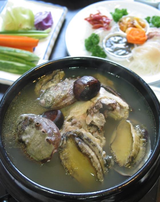 한약재와 채소를 달인 국물에 생 닭, 큼직한 전복을 껍데기까지 넣고 끓인 '해천탕'. 1996년 전복 전문 음식점 '해천'에서 개발한 음식이다. 전통 보양식으로 알고 있는 경우가 많지만 올해 나이가 스물한 살밖에 안 된 젊은 음식이다. 사진은 2004년 이태원 '해천'에서 촬영한 해천탕이다. 지금도 달라지진 않았다.[중앙포토]