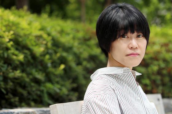 소설집『바깥은 여름』이 좋은 반응을 얻고 있는 소설가 김애란.