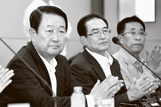 """박주선 국민의당 비대위원장(왼쪽)은 5일 청주에서 열린 비대위원 회의에서 '제보조작' 파문과 관련해 """" 참담함 속에서 사죄의 말씀을 올린다""""고 했다. [뉴시스]"""