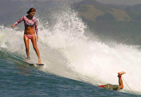 국내 유일의 서핑 잡지 'WSB FARM SURF MAGAZINE' 창간호에 실렸던 서핑 매니어 전은경씨의 파도 타는 모습. [사진 WSB FARM SURF MAGAZINE]