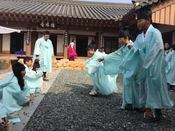 구림마을 한옥에서 전통놀이를 즐기는 아이들의 모습.[사진 구림마을]