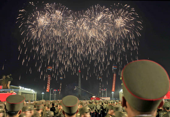ICBM 발사 성공을 축하하며 6일 평양에서 펼쳐진 불꽃놀이. [AP=연합뉴스]