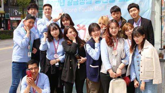 진주 중앙지하도상가 안에 있는 청년몰 '황금상점'의 젊은 창업가들.[사진 청년몰사업단]