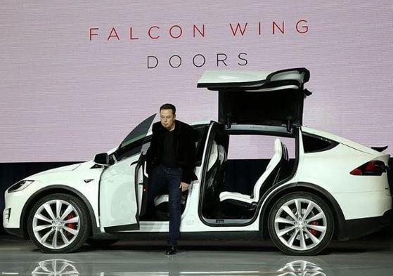 일론 머스크 테슬라 최고경영자(CEO)가 2015년 9월 스포츠유틸리티차(SUV) '모델 X' 출시행사에서 차를 소개하기 위해 내리고 있다.[사진 일론 머스크 인스타그램]