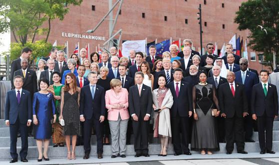 문재인 대통령을 비롯한 G20 각국 정상 부부가 7일 오후(현지시간) 독일 함부르크 엘부필하모니에서 열린 G20정상회의 만찬장 앞에서 각국 정상부부들과 기념촬영을 하고 있다.