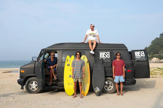 한국 유일의 서핑 잡지 'WSB FARM SURF MAGAZINE'을 만들고 있는 4인의 서퍼들이 지난달 29일 강원도 양양 바닷가에서 포즈를 취했다. 왼쪽부터 한동훈 대표, 엄준식 사진가 겸 디자이너, 안준용 웹사이트 관리자, 장래홍 편집장. [양양=우상조 기자]