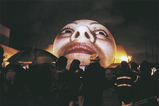보디츠코의 '티후아나 프로젝션 2001'. 가정폭력 피해 여성의 영상을 투사했다. [사진 국립현대미술관]