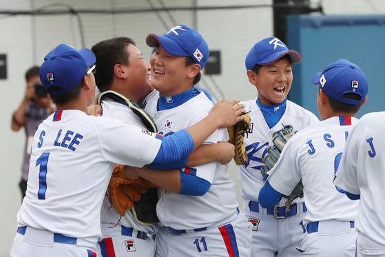 한국 선수들이 7일 리틀리그 월드시리즈 메이저 아시아-태평양 지역 예선 결승전에서 대만을 꺾고 우승한 뒤, 함께 어울려 기뻐하고 있다. [화성=김경록 기자]