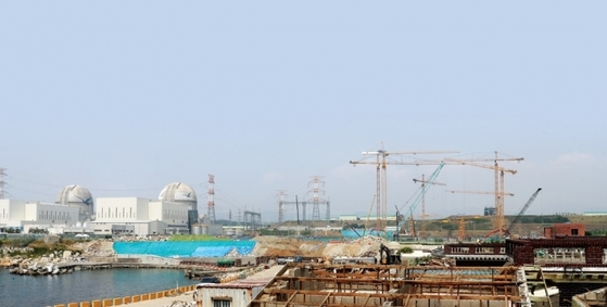 울산시 울주군 서생면 신고리 원자력발전소 3·4호기(왼쪽) 옆에 5·6호기 건설 현장이 있다. [사진 · 연합뉴스]