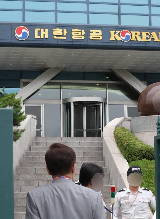 경찰이 7일 조양호 회장 자택 공사비 관련 비리 혐의로 대한항공 본사를 압수수색 했다. [연합뉴스]