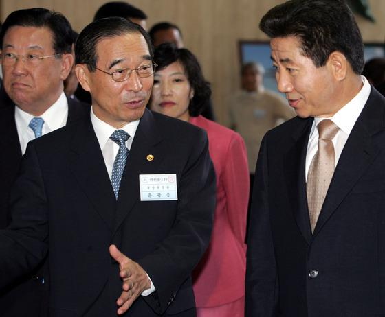지난 2005년 11월 윤광웅 국방장관이 대전 국방과학연구소를 방문한 노무현 대통령과 함께 자체 개발한 장비들을 둘러보고 있다. [사진 중앙포토]