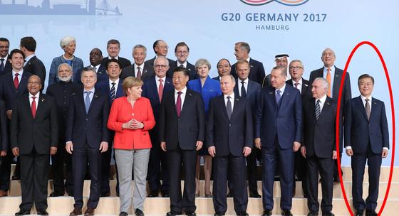 문재인 대통령(첫번째 줄 맨 오른쪽)과 시진핑 중국 국가주석(첫번째 줄 오른쪽 기준 다섯번째), 푸틴 러시아 대통령(네번째) 등 각국 정상들이 7일 오후(현지시간) 주요 20개국(G20) 정상회의가 열리는 독일 함부르크 메세에서 기념촬영을 하고 있다. 김성룡 기자