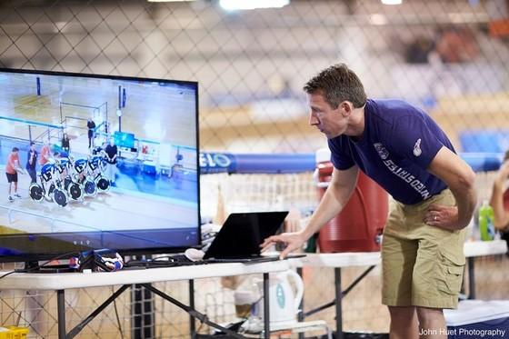 미국 여자 국가대표 사이클 팀 코치들이 선수들의 전력을 실시간으로 모니터링하고 있다. [사진 IBM]
