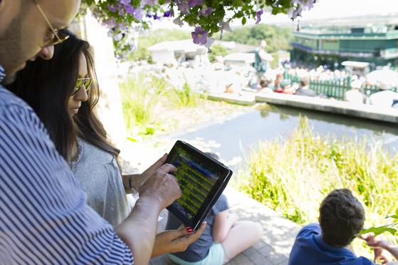 윔블던 대회 관계자들이 태블릿 PC를 통해 대회와 관련한 실시간 온라인 데이터를 확인하고 있다. [사진 IBM]