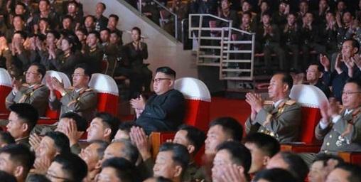 김정은(중간) 북한 노동당 위원장이 9일 대륙간탄도미사일(ICBM)급 화성-14형 미사일 발사 성공 축하공연을 관람하고 있다. 이날 공연에는 김영남 최고인민회의 상임위원장 등 북한 당정군 고위간부들이 참석했지만 김정은 옆에는 미사일 개발 담당자들이 앉았다. 가운데줄 왼쪽부터 전일호 당 중앙위원, 장창하 국방과학원장, 김정은, 이병철 당 군수공업부 제1부부장, 김정식 군수공업부 부부장. [사진 노동신문]