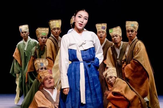 소리꾼 이소연이 배우로서 주목을 받게 된 창극 '변강쇠 점 찍고옹녀'의 장면. [사진 국립극장]