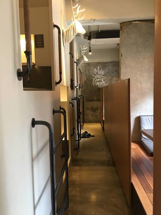 서울 연남동 그림책카페 '달달한작당'의 캡슐형 공간. 사다리를 타고 올라가면 겨우 두 명이 쏙 들어가는 작은 공간이 나온다. 캡슐형 공간의 맞은편 공간은 대청마루처럼 편하게 앉거나 누울 수 있도록 했다.