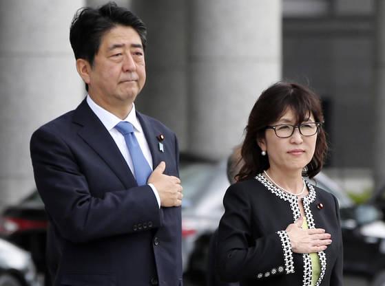 아베 신조 총리와 이마다 도모미 방위상. [도쿄 AP=연합뉴스]