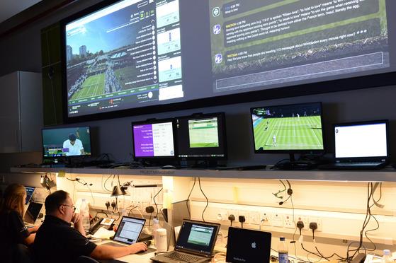영국 윔블던 테니스 대회와 관련한 소셜 미디어 데이터를 실시간 분석하고 있는 IBM 직원들. [사진 IBM]