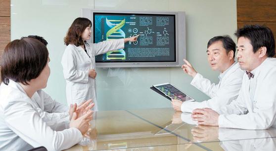 고대의료원은 연구중심병원 등 융합 연구 경험을 살려 정밀의료 기반을 성공적으로 구축한다는 계획이다. 이상헌·김열홍 단장(오른쪽부터)과 핵심 연구진이 사업 계획을 논의하고 있다. 장석준 기자