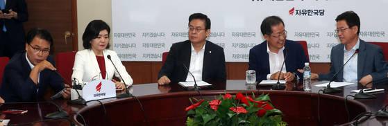 홍준표 자유한국당 대표(오른쪽 둘째)가 10일 열린 최고위원회의에서 이재만 최고위원(왼쪽)의 발언에 대해제지하려하자 이철우 최고위원(오른쪽)이 홍 대표를 말리고 있다. 강정현 기자