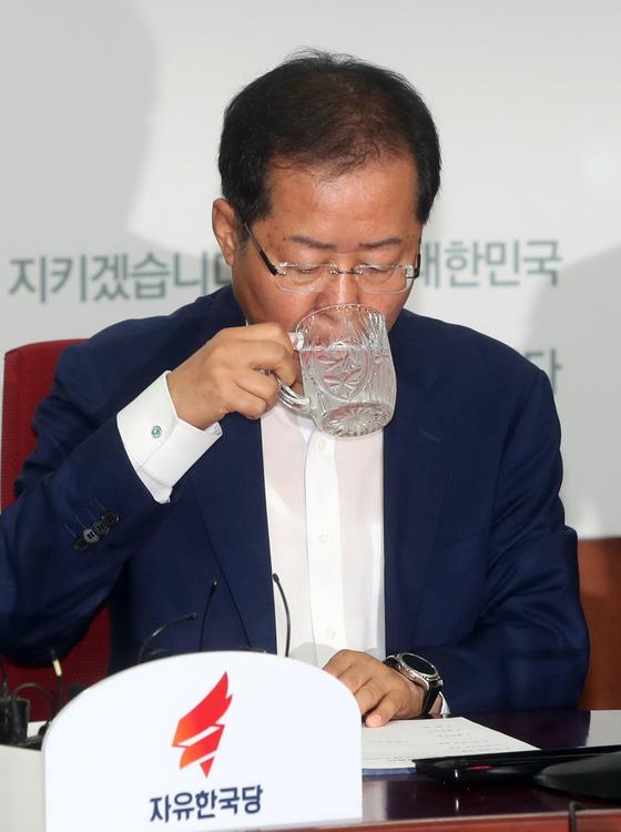 홍준표 자유한국당 대표가 10일 서울 여의도 당사에서 열린 최고위원회의 도중 물을 마시고 있다.강정현 기자