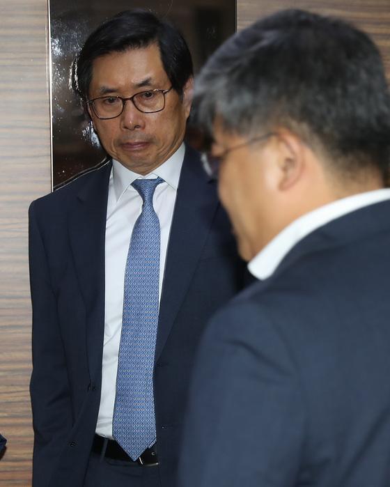 박상기 법무부 장관 후보자가 지난 6일 오전 서울 종로구 적선동에 위치한 인사청문회 사무실로 출근하고 있다. 우상조 기자