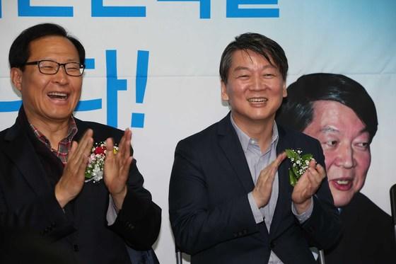 안철수 의원(오른쪽)이 20일 서울 신림동 박왕규 국회의원 예비후보자 선거사무실에서 열린 개소식에 참석해 박수치고 있다. 왼쪽은 문병호 의원.