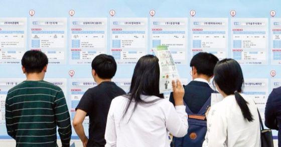 10일 재벌닷컴이 국내 상장사를 대상으로 직원들의 평균 시급을 조사했다. 그 결과, 업종별로 정유업이 가장 높았고, 섬유업이 가장 낮았다. [중앙포토]