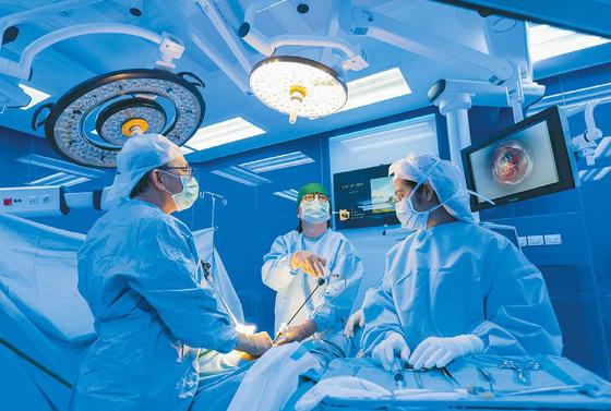 태국 사미티벳 수쿰윗 병원 의료진이 수술장비를 통합 제어하는 패널을 갖춘 엔도알파룸에서 복강경 수술을 진행하고 있다. [사진 사미티벳 수쿰윗 병원]