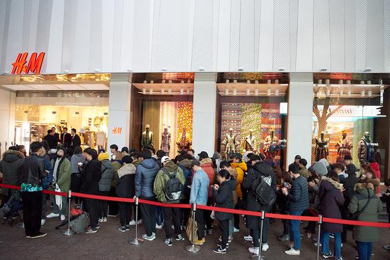 'H&Mx겐조' 컬래버레이션 의류를 사기 위해 서울 명동 H&M 매장 앞에 줄 선 사람들.[사진 중앙포토]