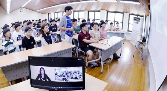 5일 한일고 학생들이 온라인 국제 교류 프로그램 기관 대표와 화상으로 한 학기 활동을 평가하고 있다. [프리랜서 김성태]