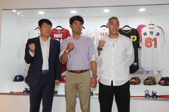 전 축구 국가대표 선수였던 차범근 차두리 부자가개막 행사에참석해 축하했다. 신인섭 기자