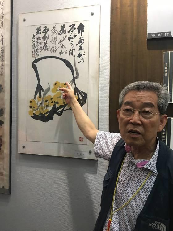 중국 후난성 상탄시 '치바이스 기념관'에서 송재소 교수가 치바이스의 화론(畵論)을 설명하고 있다.