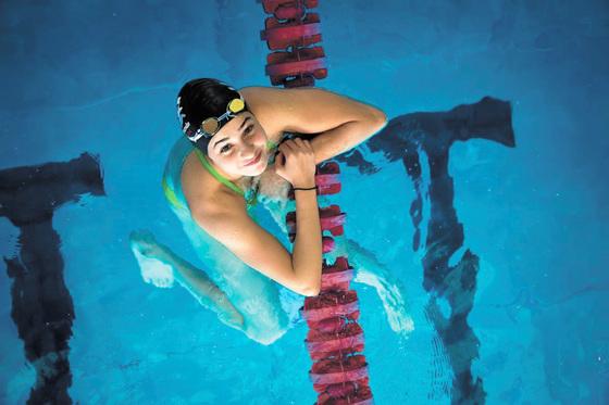2015년 시리아를 탈출한 수영 선수 유스라 마르디니는 난민 대표팀 자격으로 리우 올림픽에 참가한다. 지중해를 건너며 생사의 고비를 넘긴 마르디니는 한국 드라마 '꽃보다 남자' 이야기를 할 땐 환한 미소를 짓는 열여덟 살 소녀였다.  [사진제공=유엔난민기구]