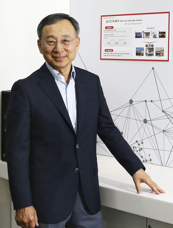 황창규 KT 회장이 지난 8일 서울 서초구 KT 우면연구센터 AI 테크 센터에서 '감염병 방역망'에 대해설명했다. 황 회장은 매주 토요일마다 세미나 참석을 위해 KT 우면연구센터를 방문한다. [임현동 기자]