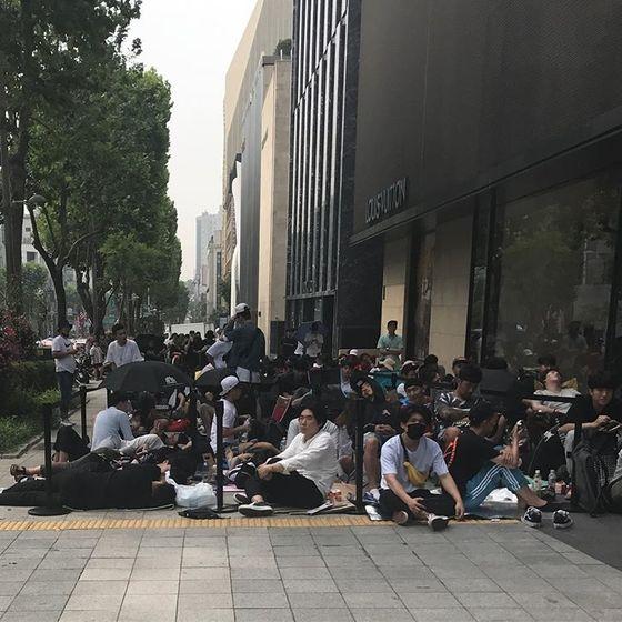 지난 6월 30일 1차 판매때의 모습. 매장 앞이 제품을 구입하려는 사람들로 인산인해를 이뤘다. [사진 @ginacho_ 인스타그램]