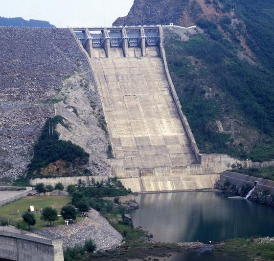 수문을 열기 전의 소양강댐 [중앙포트]