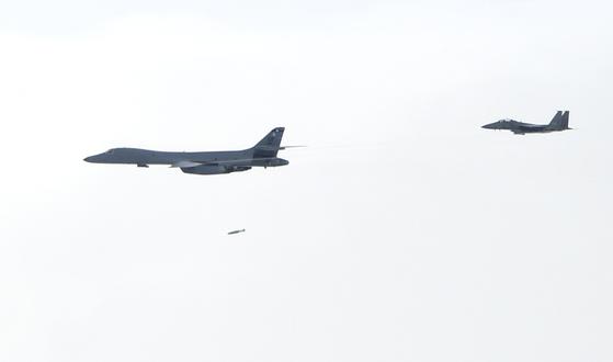 미국 전략폭격기 B-1B '랜서'는 같은 날 강원도 영월 필승사격장에 진입해 처음으로 정밀유도폭탄 실사격 훈련을 했다. [사진 공군]
